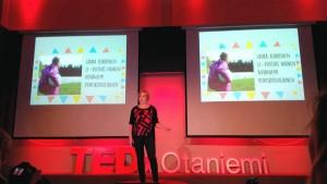 Maria vakuuttaa yleisöä nuorten innostamisesta aktivoinnista mukaan yhteiskunnalliseen kesksuteluun.